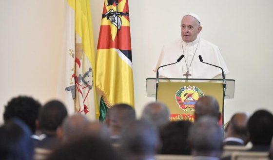 """Às autoridades moçambicanas, Francisco pede a """"coragem da paz"""""""